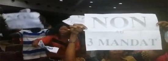 Des jeunes s opposent a un 3e mandat du president alpha conde 696x348